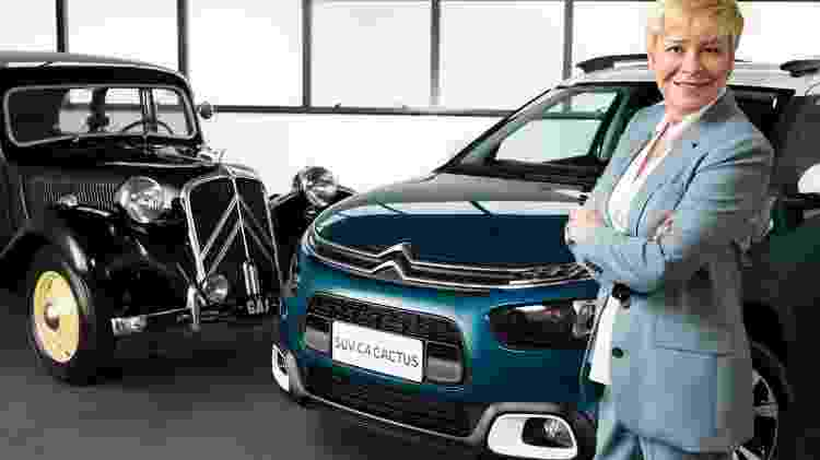 Linda Jackson, presidente global da Citroën, posa ao lado de um C4 Cactus brasileiro e um clássico Traction Avant 1950 pertencente a um colecionador brasileiro - Pedro Bicudo/UOL