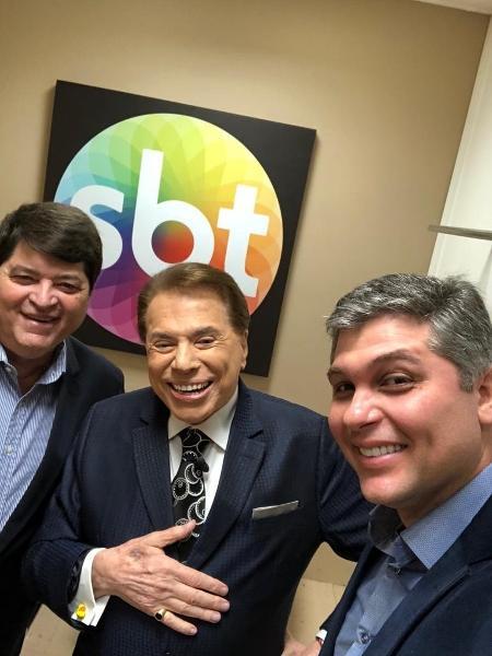 José Luiz Datena e o filho com Silvio Santos em camarim no SBT - Arquivo pessoal