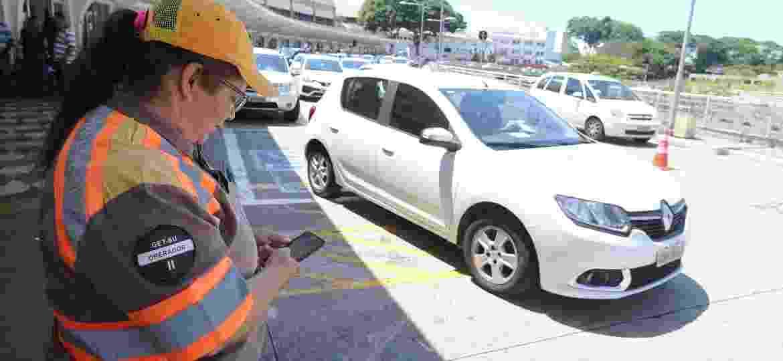 Fiscal da CET multa veículos no Aeroporto de Congonhas, na Zona Sul; maior parte das autuações manuais na capital paulista é por estacionamento irregular - Rivaldo Gomes/Folhapress