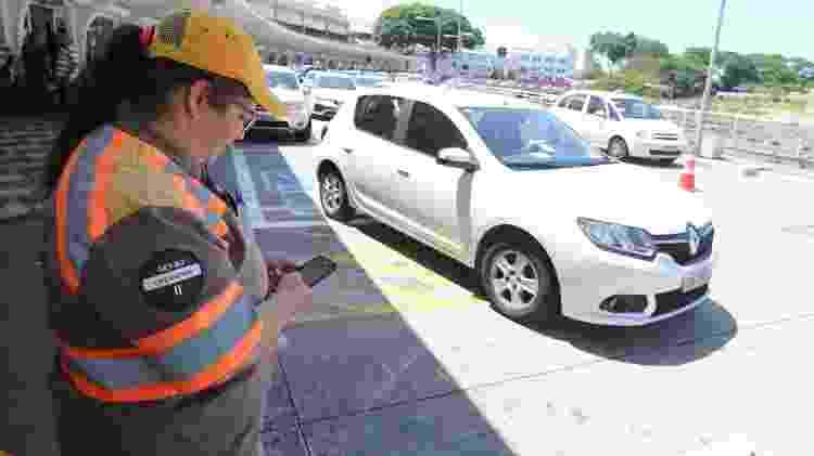 Fiscal de trânsito da CET multa veículos no Aeroporto de Congonhas, em São Paulo (SP) - Rivaldo Gomes/Folhapress - Rivaldo Gomes/Folhapress