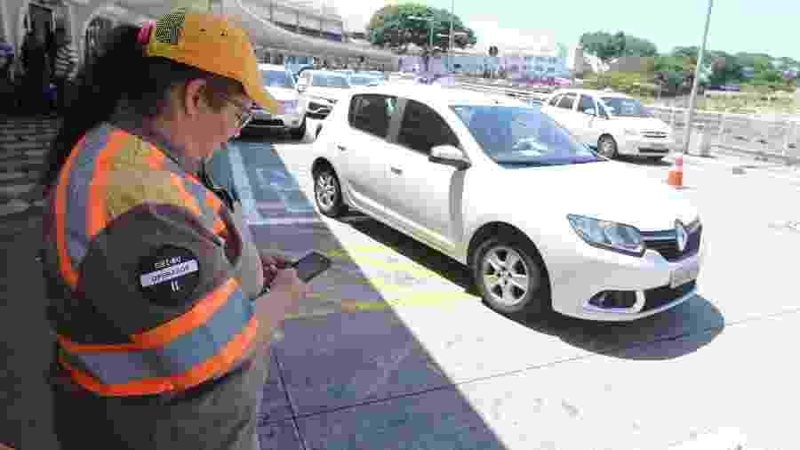 Fiscal de trânsito multa motoristas estacionados irregularmente no Aeroporto de Congonhas, na capital paulista - Rivaldo Gomes/Folhapress