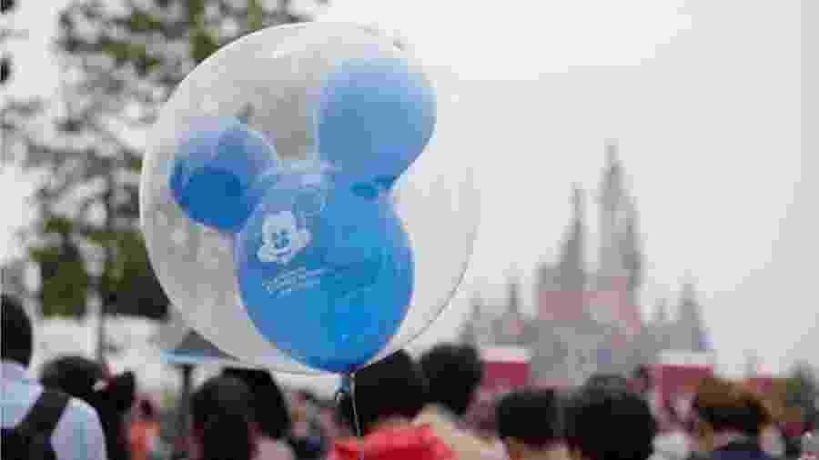 """Numa série de 22 tuítes, Abigail Disney diz que executivos da Disney poderiam ter suas remunerações reduzidas à metade e, assim, """"talvez não comprariam uma terceira casa ou um outro barco"""" - Getty Images/BBC"""