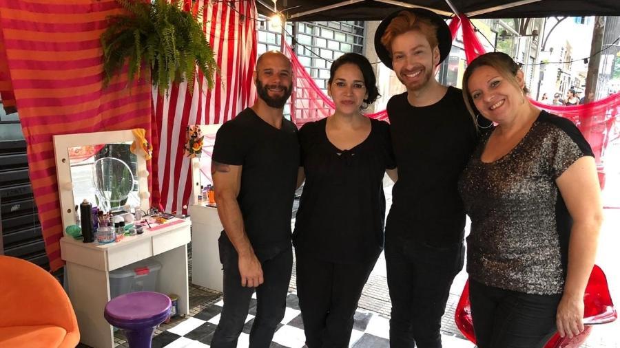Fernando Felix (de chapéu) e outros maquiadores do grupo Cazu Azul retocam o visual do público da Virada Cultural - Felipe Branco Cruz/UOL