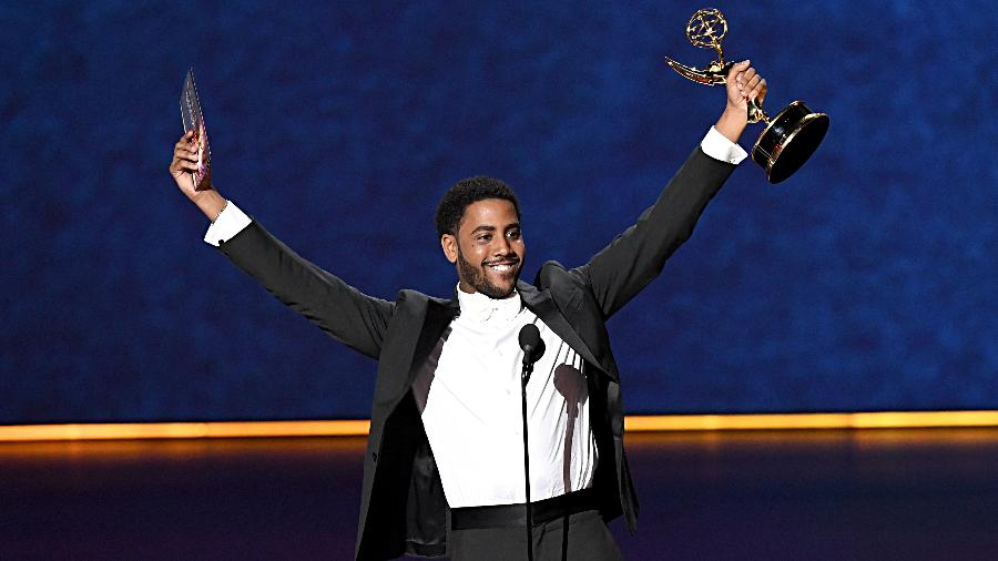 Jharrel Jerome recebe seu Emmy de melhor ator em minissérie ou filme para a TV por seu papel em Olhos Que Condenam - Jeff Kravitz/FilmMagic