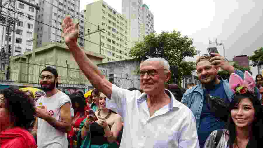Eduardo Suplicy (PT) desfila no Bloco Bollywood, em São Paulo - ROBERTO SUNGI/FUTURA PRESS/ESTADÃO CONTEÚDO
