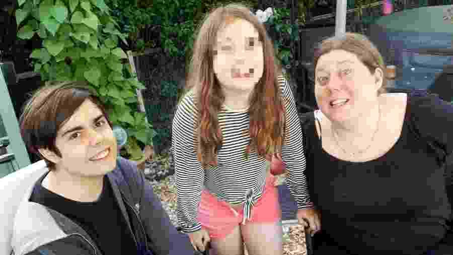 Cameron com a mãe, Kerry Warwick, e a irmã - Reprodução/cameron-warwick.muchloved.com