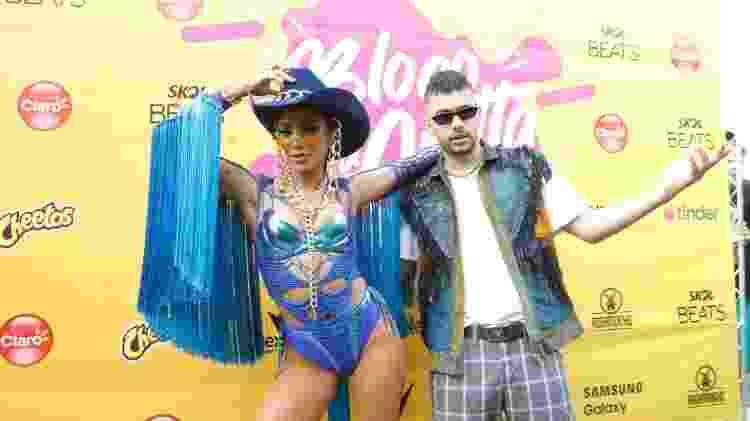Anitta posa ao lado de Pedro Sampaio antes de seu bloco de Carnaval - Marcelo de Jesus/UOL