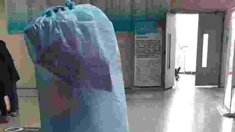 Chinês usa saco no corpo todo para se proteger - Reprodução - Reprodução