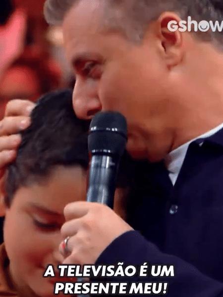 """Luciano Huck dá TV a menino no """"Caldeirão"""" - reprodução/GShow/TV Globo"""