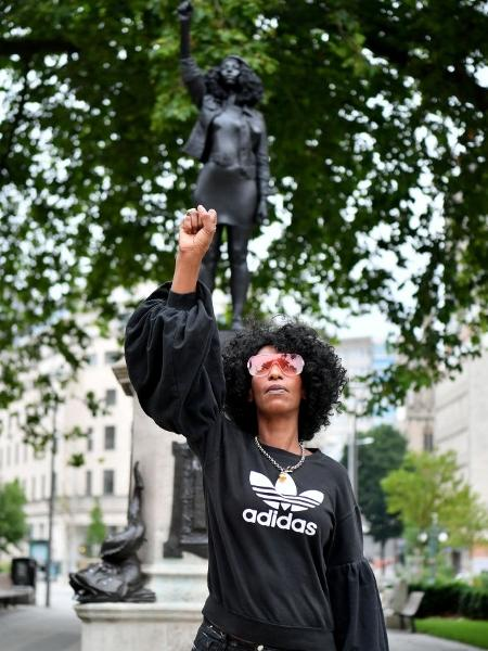 Jen Reid em frente sua estátua, em Bristol, Inglaterra - Matthew Horwood/Getty Images