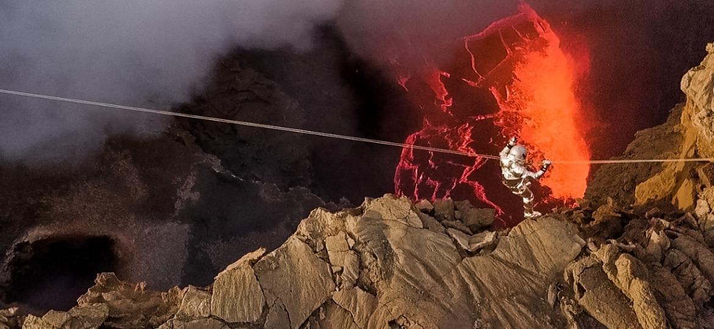 Karina Oliani na travessia do vulcão Erta Ale, na Etiópia - Marcelo Rabelo/Divulgação