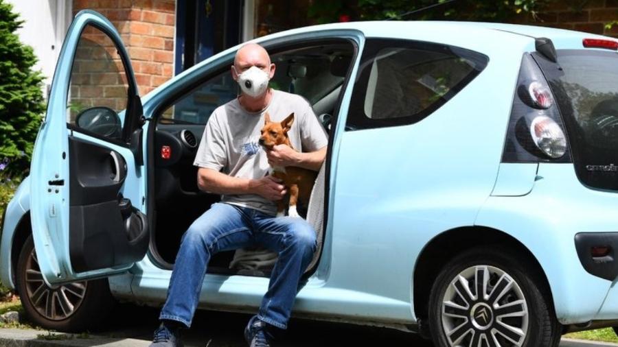 Homem mora em Citroën C1 com cachorro - Andrew Teebay/Liverpool Echo