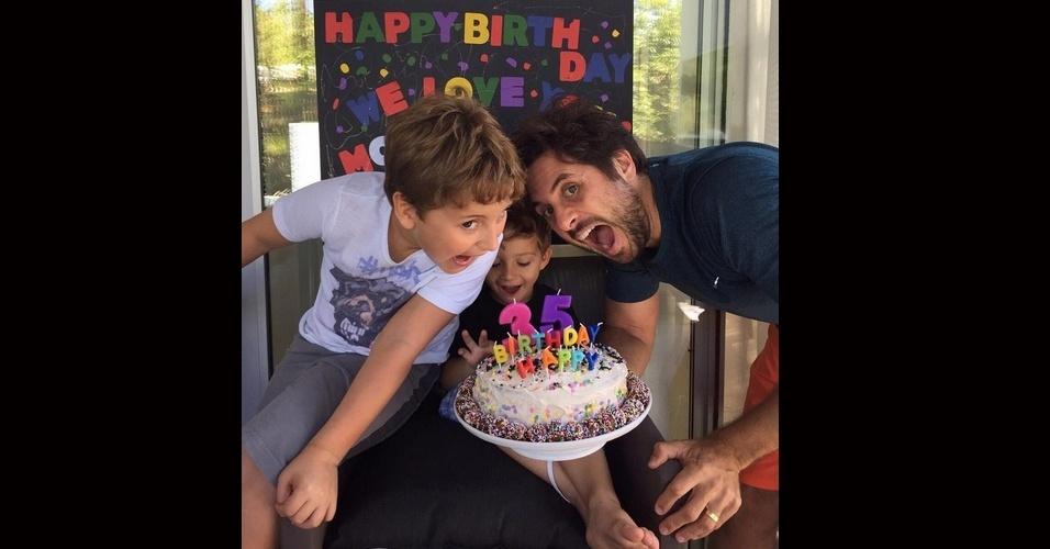 10.jul.2015 - A cantora Claudia Leite comemorou seu aniversário de 35 anos ao lado do marido, Márcio Pedreira, e dos dois filhos do casal, Davi e Rafael.