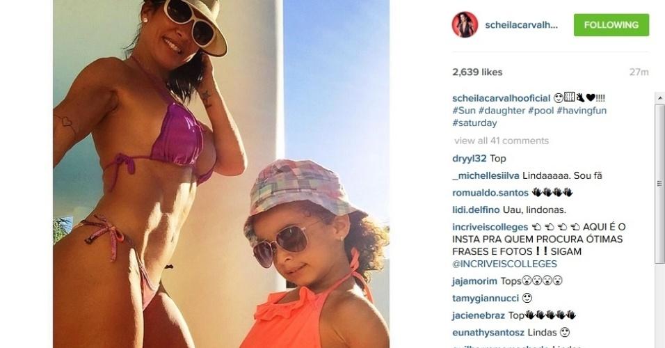 25.jul.2015 - Scheila Carvalho mostra foto de biquíni ao lado da filha Giulia no Instagram