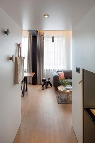 Do hall de entrada do loft Zoku é possível visualizar parte do living decorado com peças da marca dinamarquesa Muuto. O projeto de interiores é uma criação do escritório de arquitetura holandês Concrete