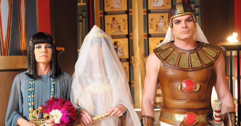 Nefertari (Camila Rodrigues) usa um véu para se proteger do ataque de moscas, a quarta praga a atingir o Egito. Na tentativa fugirem, muitos egípcios saem da cidade e vão buscar abrigo na vila onde os escravos moram, já que eles contam com a proteção divina e não são infortunados pelos insetos