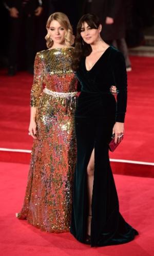 26.out.2015 - As atrizes Lea Seydoux e Monica Bellucci no tapete vermelho da estreia mundial de