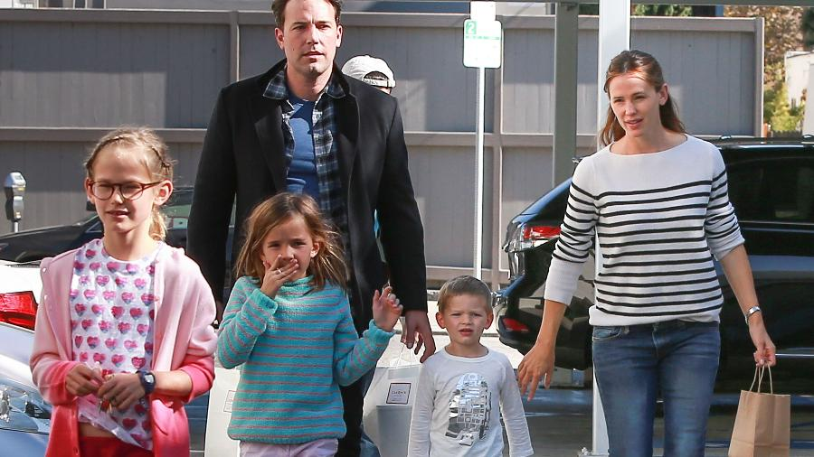 Ben Affleck e Jennifer Garner estão separados, mas continuam unidos na criação dos três filhos - Grosby Group