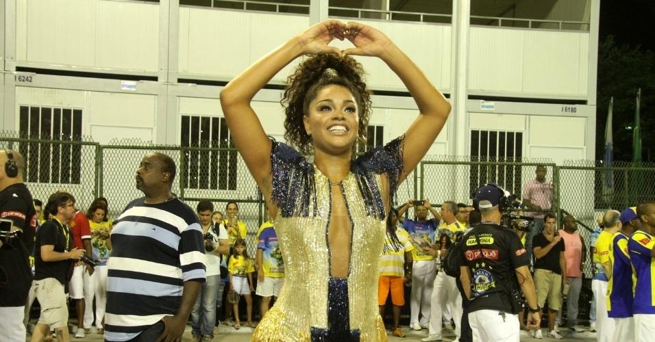 """24.jan.2016- Juliana Alves usou um body decotado como fantasia para o ensaio da Unidos da Tijuca, que mostrou que atriz está em plena forma. Em tratamento médico para ainda secar alguns quilos antes do Carnaval, ela prometeu: """"Eu quero que vocês vejam o resultado na Avenida!"""""""