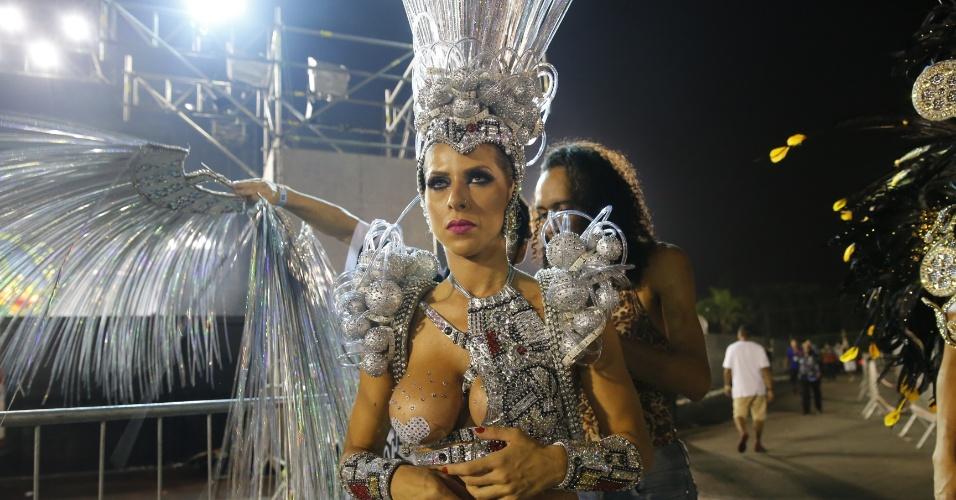 6.fev.2016 - Ana Paula Minerato termina de arrumar a fantasia para entrar na avenida do samba pela Gaviões na madrugada deste sábado