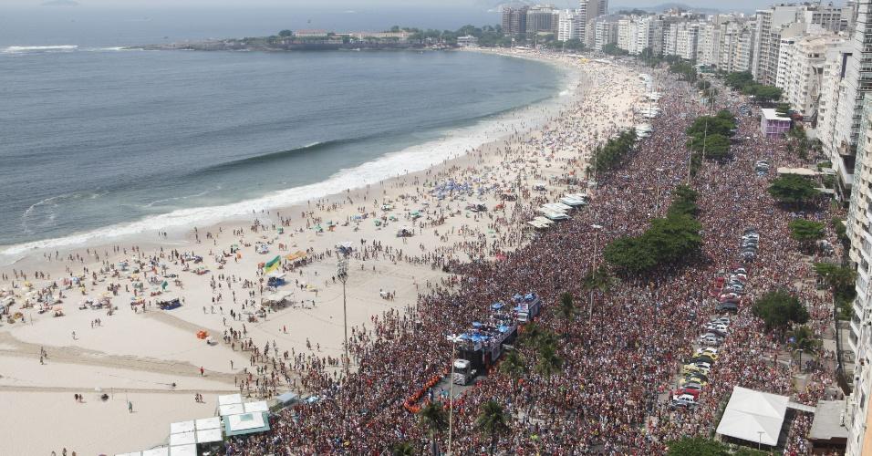 06.fev.2016 - Multidão invade a orla de Copacabana no Rio de Janeiro para acompanhar o Bloco da Favorita.