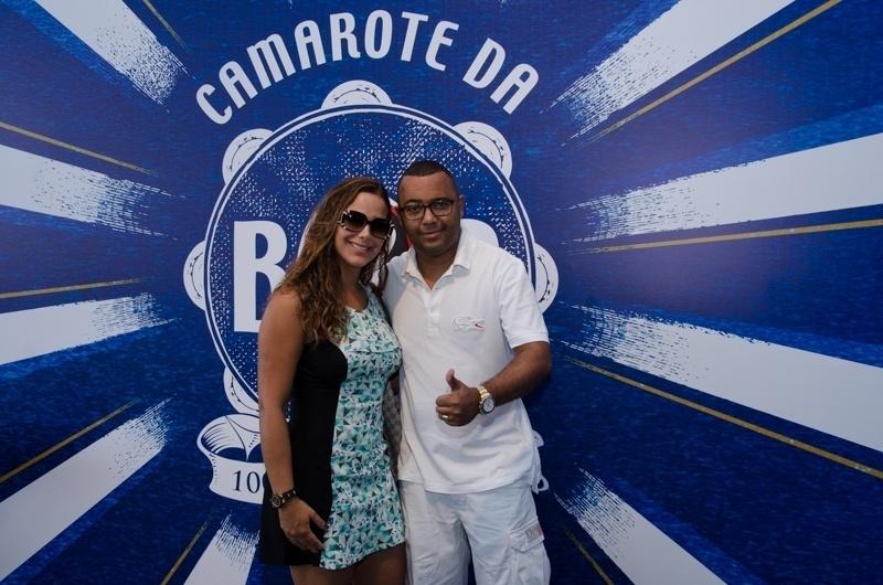 7.fev.2016 - O sambista Dudu Nobre chega ao camarote da Boa, no Rio de Janeiro, acompanhado da mulher, Priscila