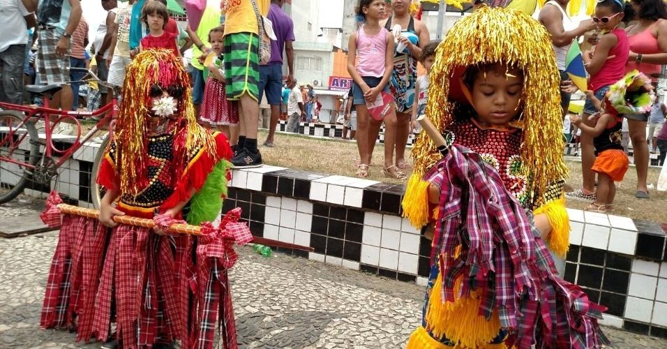 8.fev.2016 - Os dois caboclinhos de lança, de 4 e 5 anos, também participam do Encontro Nacional de Maracatus em Nazaré da Mata (PE)