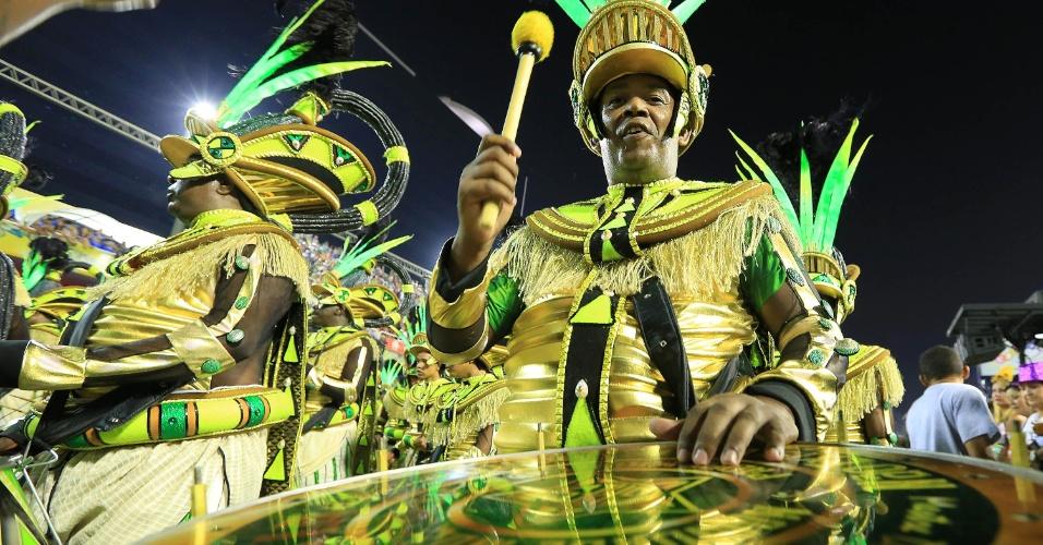 8.fev.2016 - Um dos integrantes da bateria durante o desfile da Mocidade Independente de Padre Miguel
