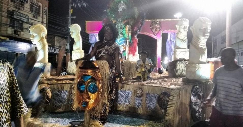 Escolas dos grupos B, C, D e E desfilam na estrada Intendente Magalhães, na zona norte do Rio. É o Carnaval popular da capital fluminense