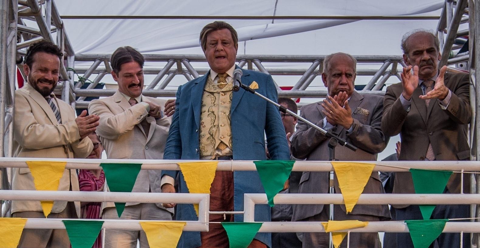 Afrânio (Antonio Fagundes) discursa durante inauguração de estrada em