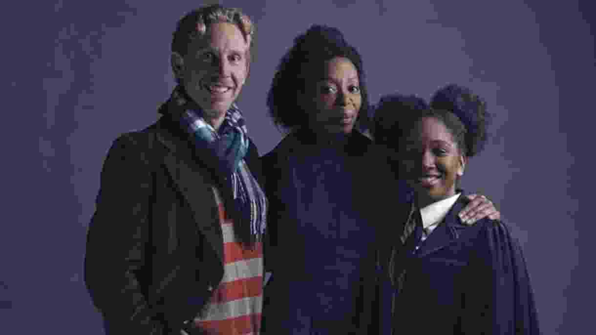 Os atores Paul Thornley e Noma Dumezweni que vivem Hermione e Rony na peça, com Cherrelle Skeete, que faz Rose Granger-Weasley, a filha do casal - Divulgação
