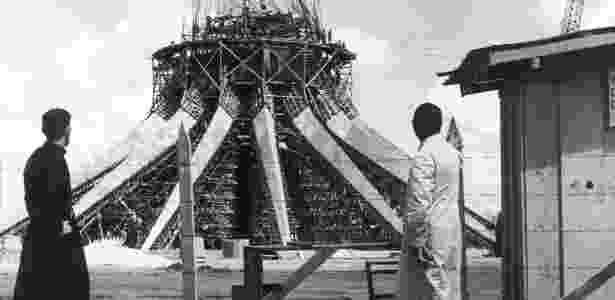 Padres observam a construção da catedral da cidade, em 1960 - Divulgação / Arquivo Público do Distrito Federal - Divulgação / Arquivo Público do Distrito Federal