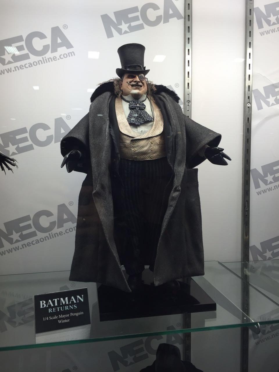 Um boneco do Pinguin interpretado por Danny DeVito em