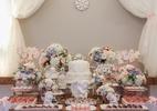 Anjos de porcelana e flores naturais compõem decoração de festa de batizado - Divulgação