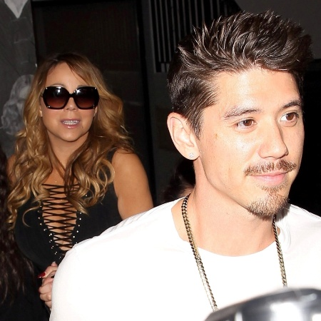 29.out.2016 - Mariah Carey vai a restaurante em Los Angeles, Estados Unidos, acompanhada de amigos e de Bryan Tanaka, o dançarino que teria despertado ciúme no noivo da cantora - AKM-GSI