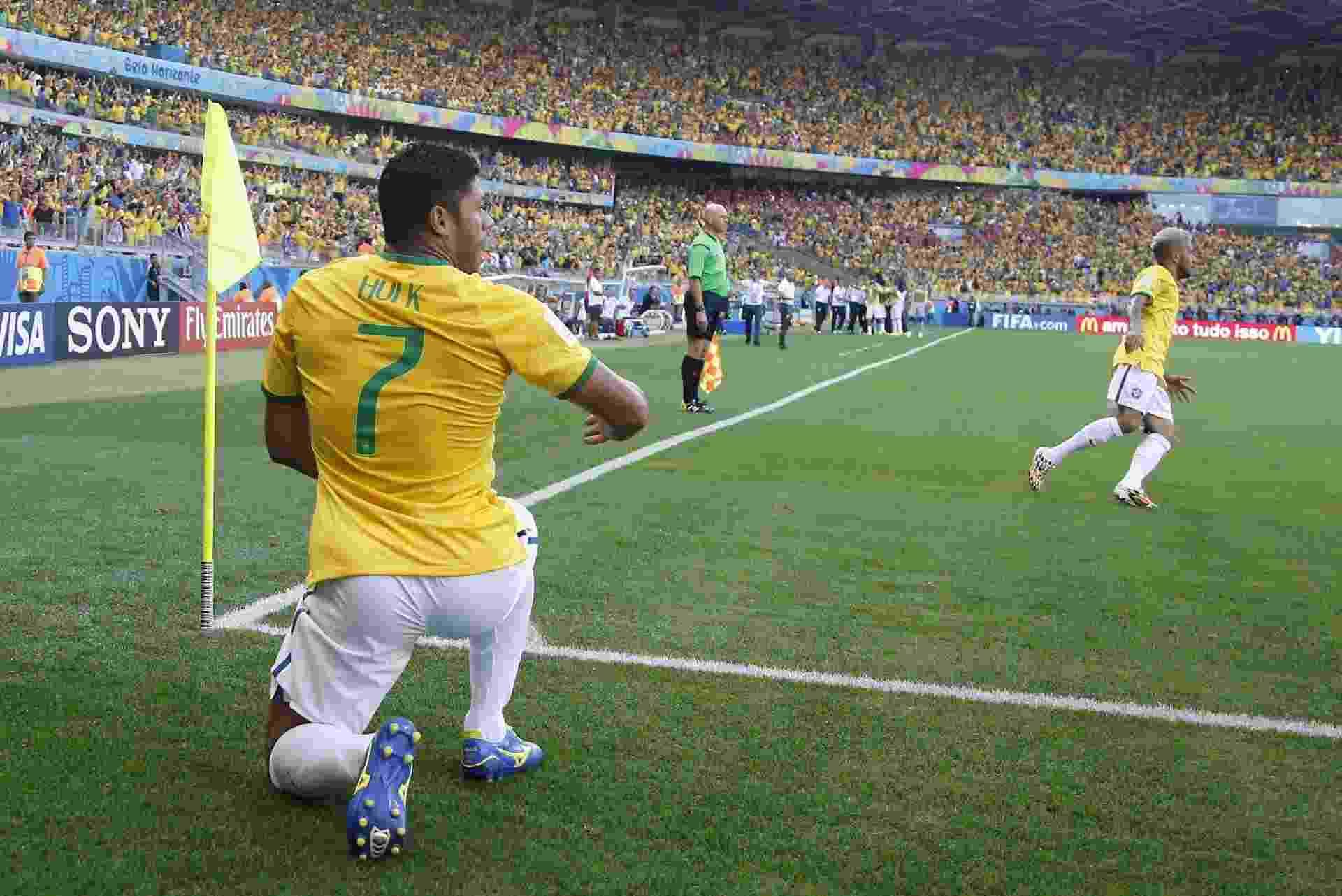 Jogador Hulk mostra o bumbum em bermuda branca durante jogo da seleção brasileira - ERIC GAILLARD/REUTERS