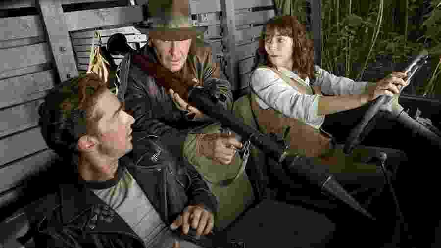 """Harrison Ford (centro), Karen Allen e Shia LaBeouf em cena de """"Indiana Jones e o Reino da Caveira de Cristal"""" (2008) - Divulgação"""