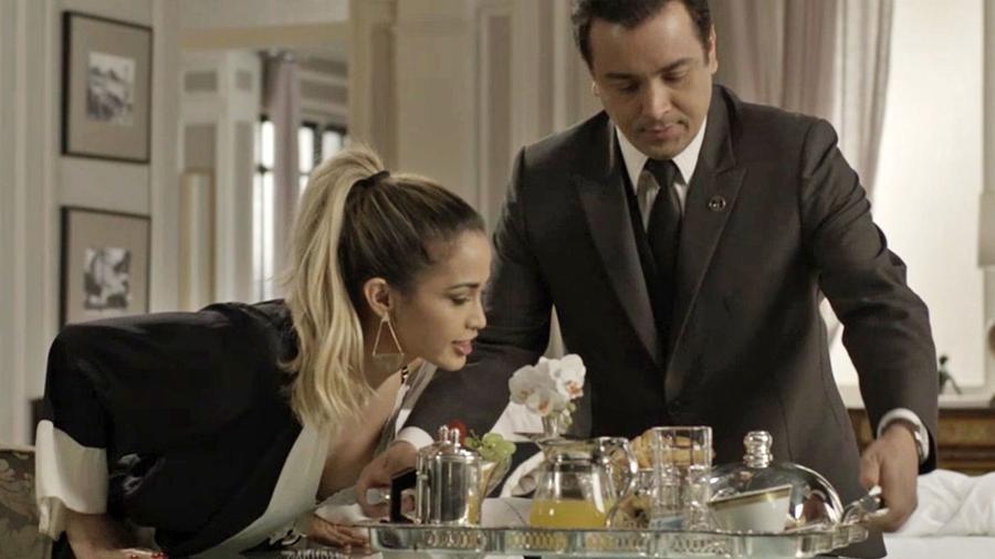 """Nelito (Rodrigo Fagundes) serve Sandra Helena (Nanda Costa) em """"Pega Pega"""" - Reprodução/GShow"""