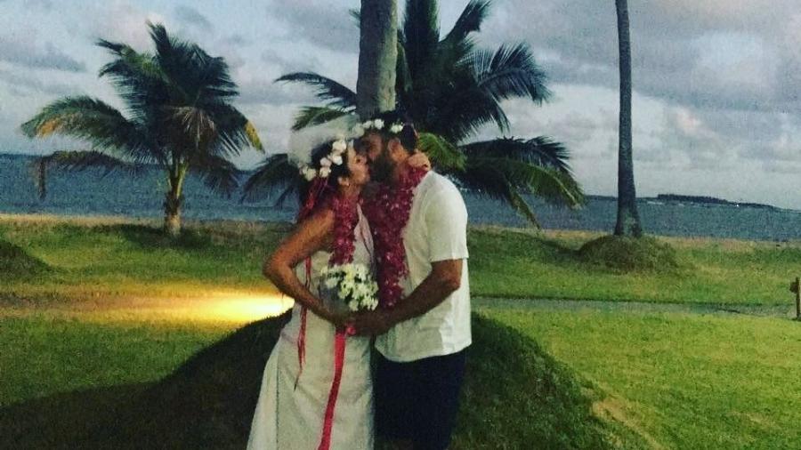 Jornalista casou na praia. - Reprodução/Instagram/@chrispelajooficial