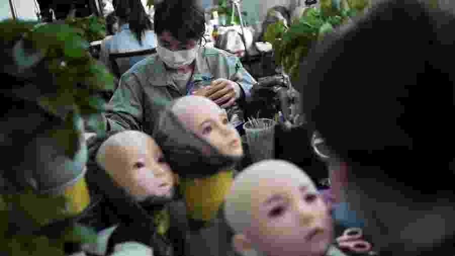 Mulheres produzem rostos de bonecas sexuais na China - AFP