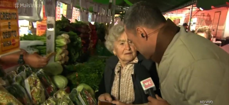 """Repórter do """"Mais Você"""" é ignorado por senhora ao vivo - Reprodução/TV Globo"""