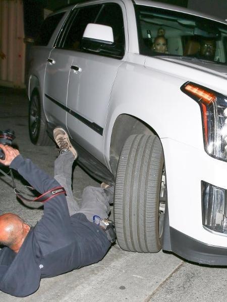 Fotógrafo é atropelado por motorista de Jennifer Lopez nos EUA - Reprodução/Univision