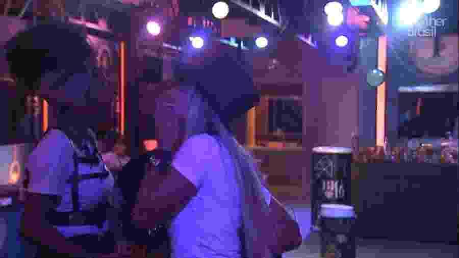 Brothers brincam durante festa - Reprodução/TvGlobo