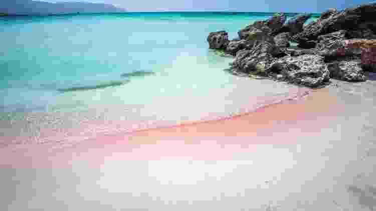 Os matizes da cor rosa se concentram na área de encontro do mar com a areia - lucianbolca/Getty Images/iStockphoto
