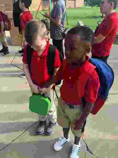 Menino segura a mão de colega autista que chorava no primeiro dia de aula nos EUA - Reprodução/Facebook/Courtney.millermoore
