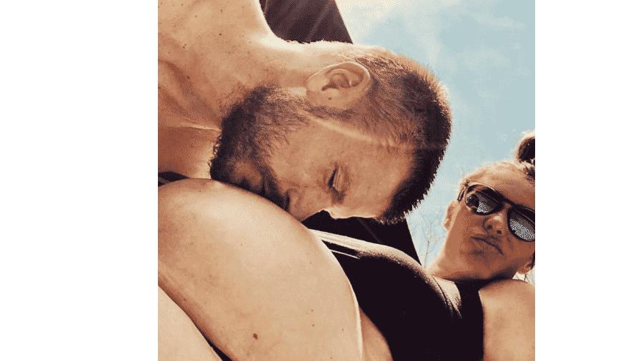 Rodrigo Hilbert beija a barriga de grávida de Fernanda Lima - Reprodução/Instagram