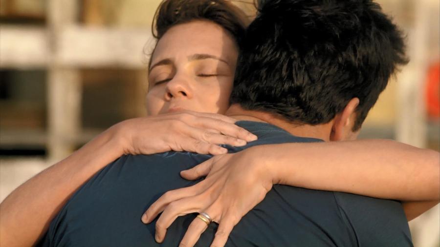 Carminha abraça Tufão em última cena do capítulo de Avenida Brasil de hoje - Reprodução/TV Globo