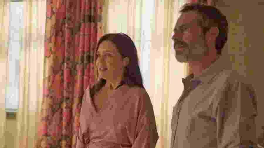 """Filipe Duarte (à dir.) em cena com Adriana Esteves em """"Amor de Mãe"""" - Reprodução"""