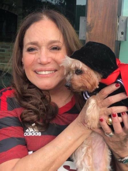 Susana Vieira compartilha foto dela e cachorrinha vestidas para o jogo  - Reprodução/Instagram