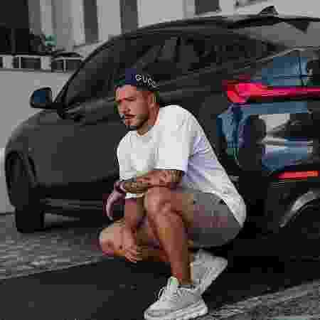 Noivo de Pocah, Ronan Souza, posa para foto na frente do BMW X4 - Reprodução - Reprodução